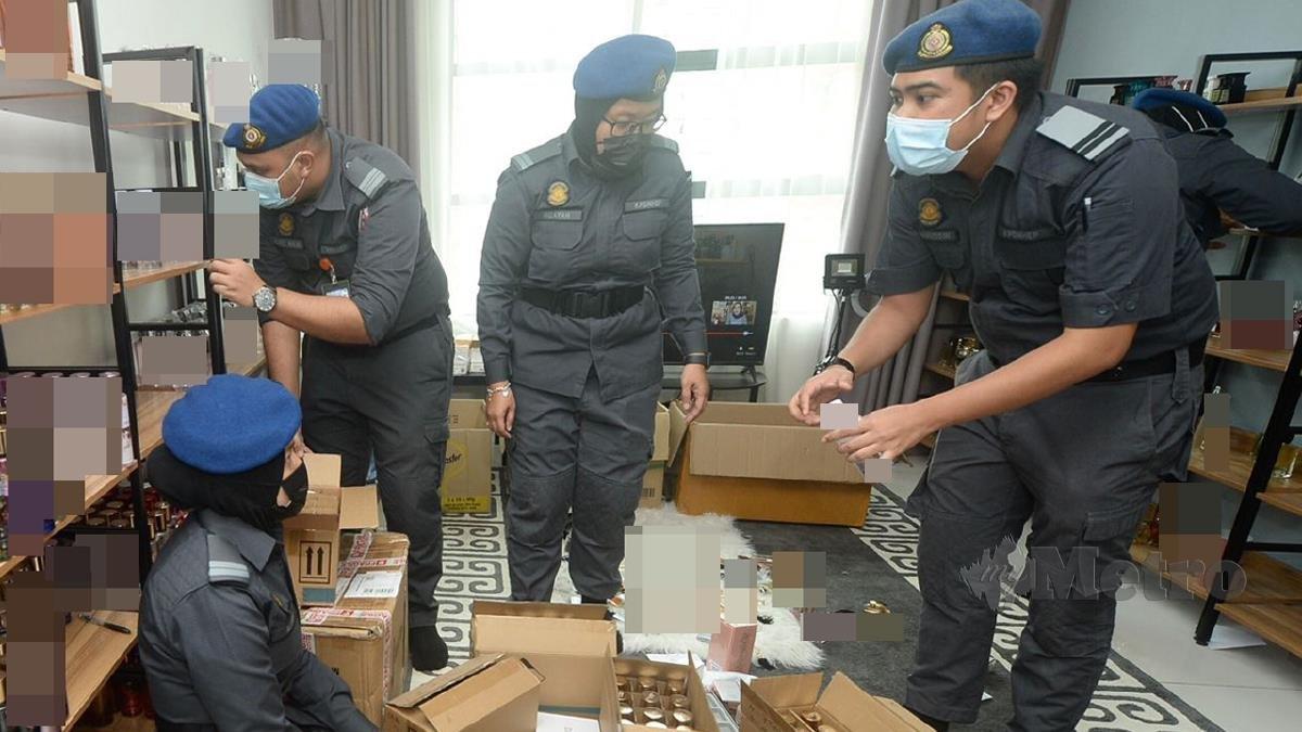 KPDNHEP Cawangan Kajang merampas minyak wangi berjenama tiruan yang dijual atas talian di Kondo Zeva Residen. FOTO Khairul Azhar Ahmad