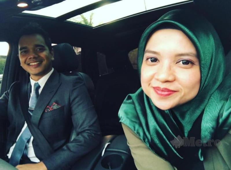 Alif Aziz posing for the camera: Alif dan pengurusnya Adlina.