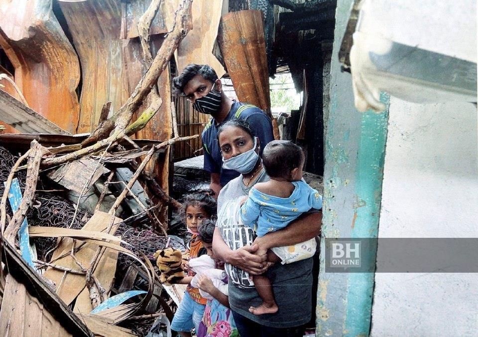 S GANESH, 34, bersama isteri, Parameswary,32, dan tiga anak di tapak rumah mereka di Lorong Carnarvon, Georgetown yang terbakar pada April lalu. - Foto DANIAL SAAD