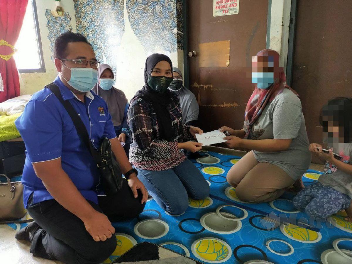 Wakil Jabatan Keselamatan dan Kesihatan Pekerjaan (JKKP) Putrajaya turut datang menziarahi dan menghulurkan sumbangan kepada wanita yang sebelum ini ditahan polis kerana mencuri. FOTO Muhaamad Hafis Nawawi