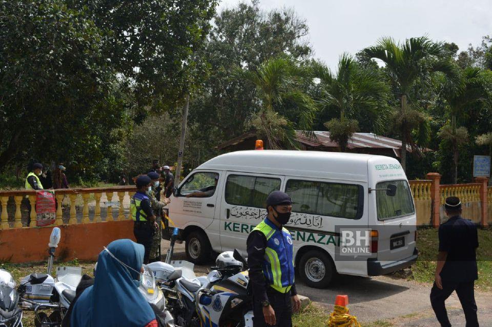 Van membawa jenazah kanak-kanak dipercayai mangsa dera tiba di Tanah Perkuburan Islam Padang Lebar, Simpang Bekoh, Jasin. - NSTP/AMIR MAMAT